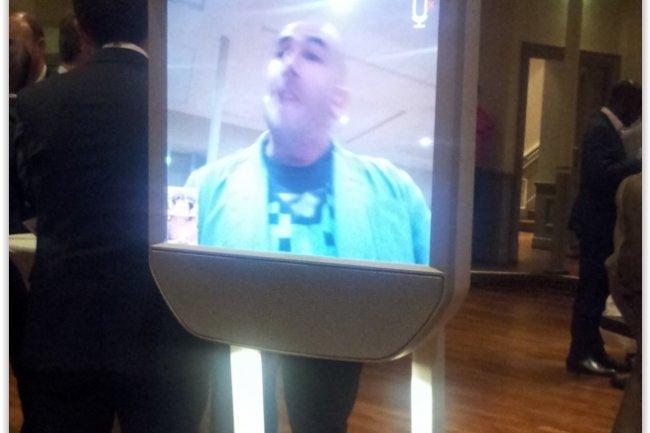 Le robot de vid�oconf�rence Beam, pr�sent� par Bruno Bonnel le PDG de Robopolis, a �t� � l�honneur � l�occasion de la soir�e du Syntec Camp durant laquelle s�est d�roul�e une table ronde sur les objets connect�s. (cr�dit : LMI)