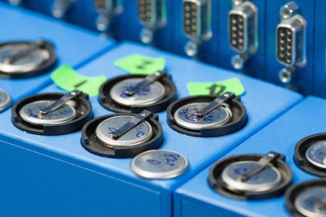 Des batteries en test au laboratoire de physqiue des particules à Stanford. Crédit IDG NS
