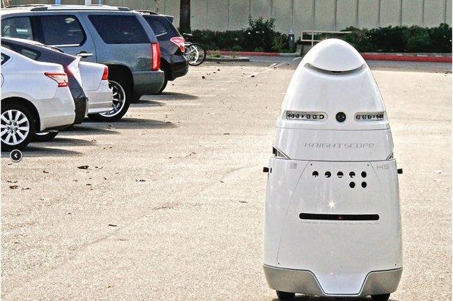 Les K5 de Knightscope (que l'on peut voir comme une variante de Robby, du film Planète interdite) ont été conçus pour déployer une force de sécurité robotisée sur des lieux publics ou des campus privés. (crédit : D.R.)