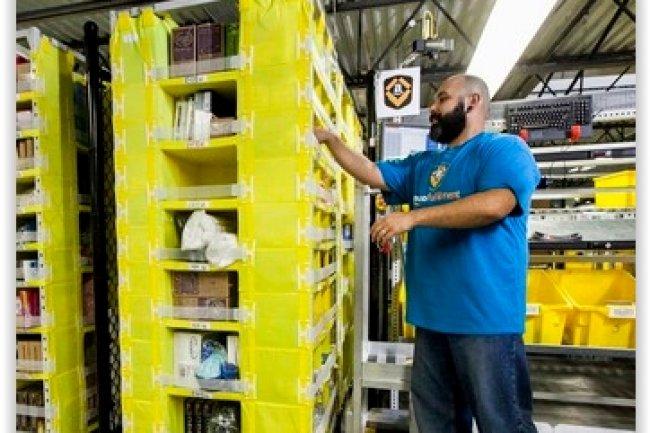 Les robots chargeurs mis en place dans les entrepôts d'Amazon sont fabriqués par Kiva Systems. (crédit : D.R.)