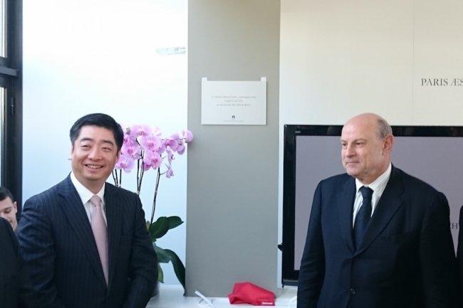 Ken Hu, CEO délégué de Huawei, et Jean-Marie Le Guen, secrétaire d'État chargé des Relations avec le Parlement, pour l'inauguration du centre de design de la firme chinoise à Paris. (Crédit S.L.)