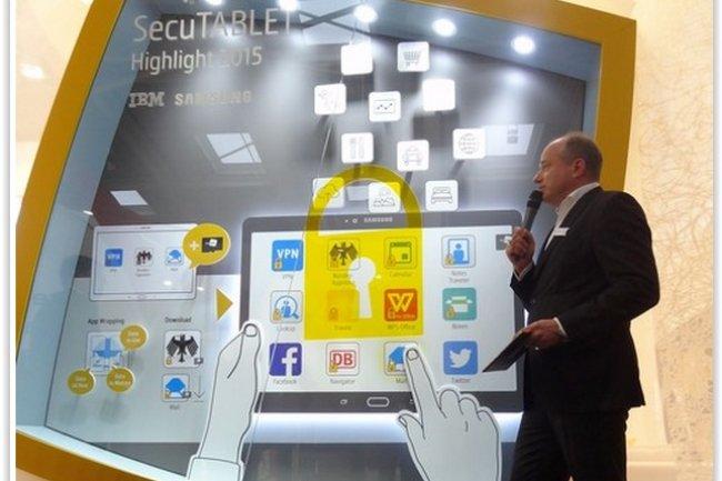 Hans-Christoph Quelle, directeur général de Secusmart, a dévoilé la SecuTablet lors du Cebit 2015. (crédit : D.R.)