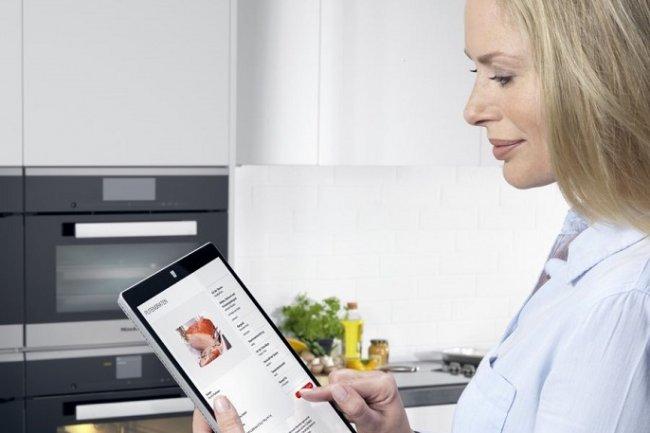 Une fois la recette téléchargée sur tablette ou smartphone, la programmation idéale correspondant à la cuisson du plat est envoyée automatiquement au four connecté. (crédit : D.R.)