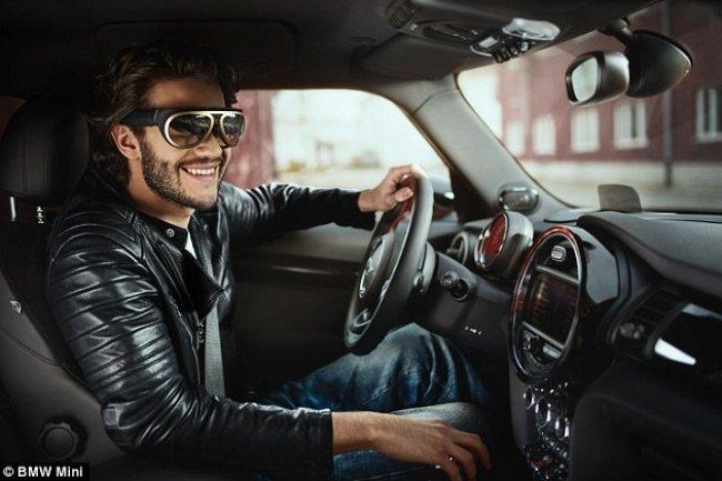 Avec ses lunettes connectées, BMW affiche des infos supplémentaires sur les conditions de circulation ou l'état de la voiture. (Crédit BMW Mini)