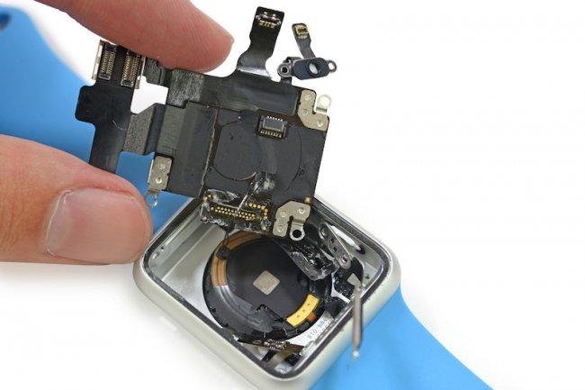 Il est nécessaire de couper des câbles pour accéder aux composants de la Watch. (Crédit photo iFixit).