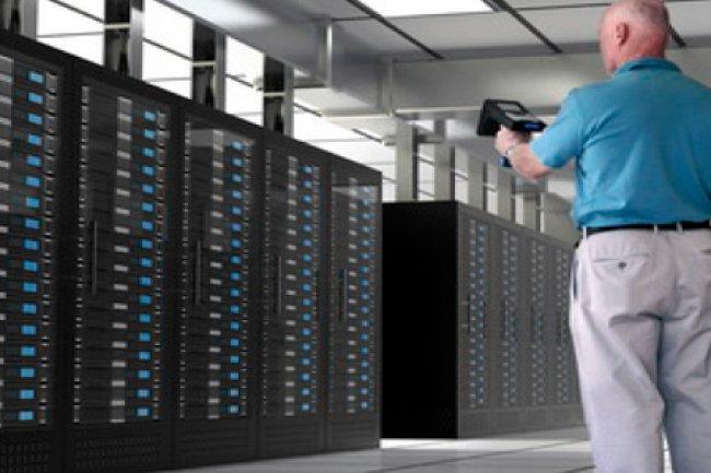 Un lecteur ou une tablette avec RFID récupère très rapidement toutes les informations sur le matériel d'un datacenter.