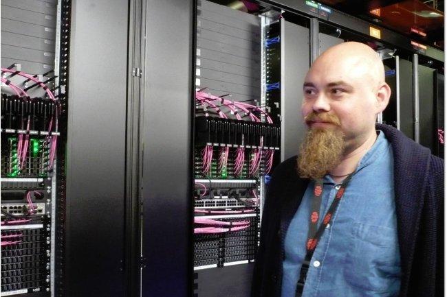 Matthieu Blumberg, responsable des infrastructures d'hébergement de Criteo au niveau mondial, lors de la visite du datacenter installé par la société à Pantin pour étendre son cluster Hadoop. (crédit : LMI)