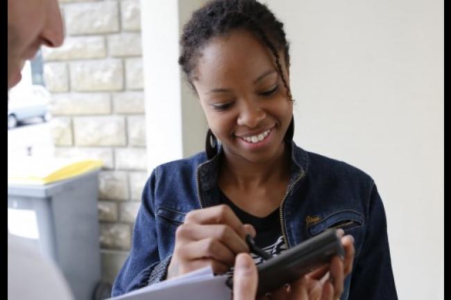 Les smartphones Facteo permettent aux facteurs de réaliser des tâches telles que la signature des accusés de réception, la gestion des redirections ou encore l'organisation de la tournée. (crédit : D.R.)