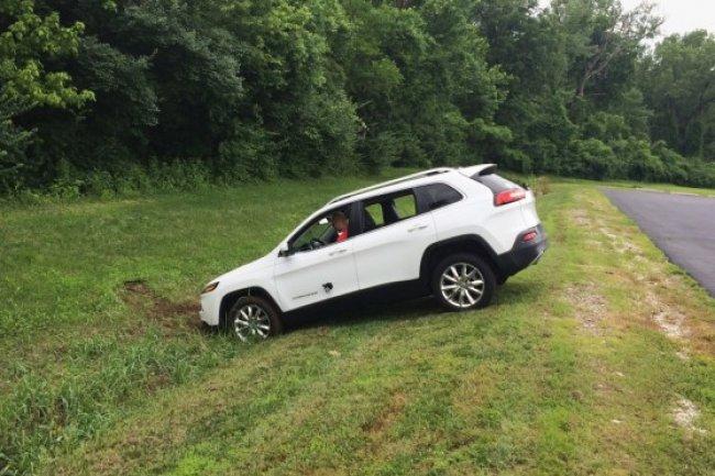 Piratée à distance, la Jeep Cherokee d'un journaliste de Wired a fini sur le bas coté.