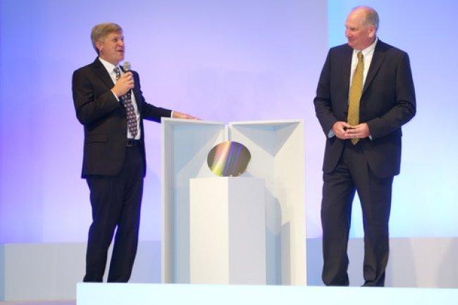 Rob Crooke, directeur général d'Intel Non-Volatile Memory Solutions Group, et Mark Durcan, CEO de Micron, ont dévoilé hier à SF le premier wafer 3D XPoint. (crédit : D.R.)