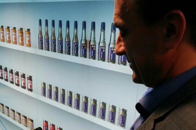 Christophe Bresson, directeur communication de Philips France, teste � Suresnes la solution utilis�e par le magasin Carrefour Euralille. (Cr�dit : Arnaud Pessey)