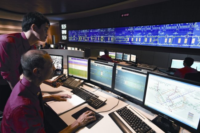 Le centre de contôle du métro de Singapour suit les mouvements des voyageurs conseillés par une IA.