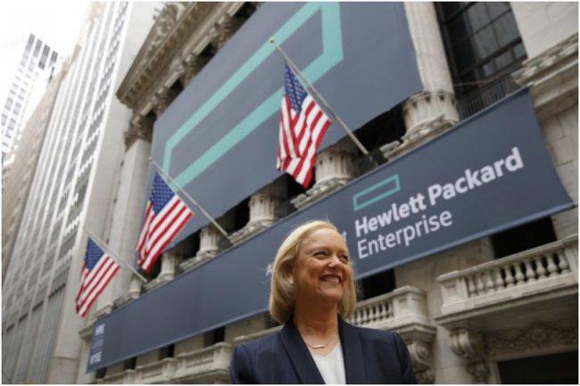 Meg Whitman, désormais CEO de Hewlett Packard Enterprise, devant la Bourse de New York, le lendemain de la scission de HP Company en 2 groupes distincts. (crédit : Eric Draper/HPE)