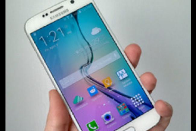 Alors que le Galaxy S6 (en photo) a quelque peu déçu par son manque d'ambition, son successeur S7 pourrait bien agréablement surprendre. (crédit : D.R.)