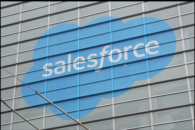 Salesforce soutient la mise en place d'un champ d'éoliennes qui produira l'énergie équivalant à 90% de ses besoins sur un an. (ci-dessus, lors de Dreamforce 2015 au Moscone Center).
