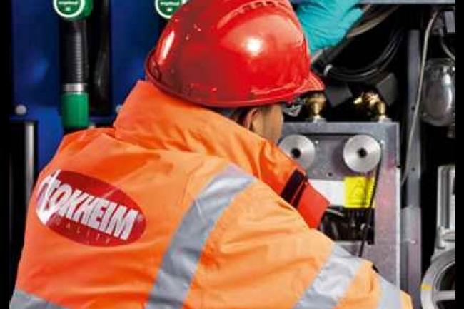 Les techniciens de Tokheim entretiennent les pompes à carburant des stations-service. (crédit : D.R.)