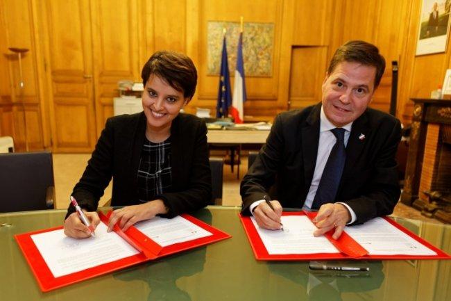 Le partenariat très léger signé entre Najat Vallaud-Belkacem, ministre de l'Éducation Nationale, et Alain Crozier, président de Microsoft France, est menacé d'annulation suite au recours du collectif EduNathon. (Crédit D.R.)