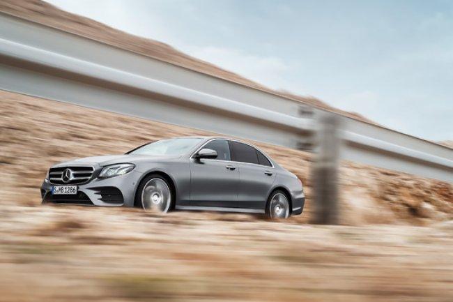 La dernière classe E de Mercedes propose en option une fonction de pilotage semi-automatique baptisée Intelligent Drive. (Crédit D.R.)
