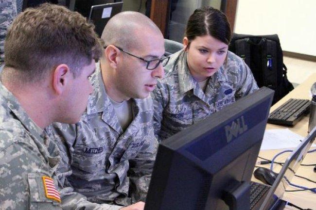 Des membres de l'équipe de réponse aux incidents de cyberdéfense de la garde nationale de Louisiane, le 15 novembre 2015 à l'Université de Baton Rouge. (crédit :  Garrett Dipuma/DOD)