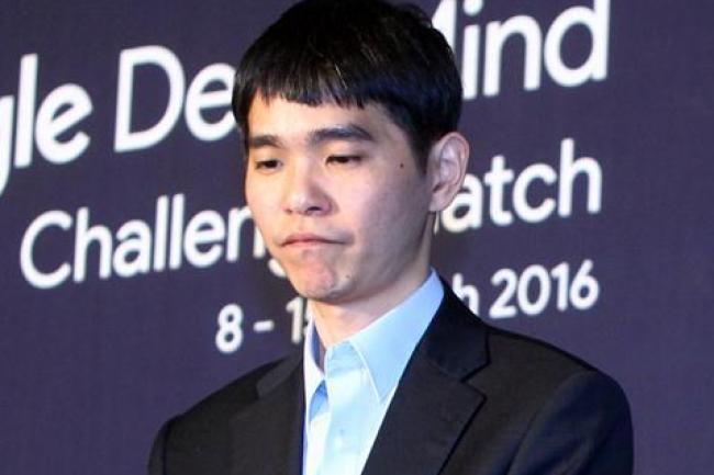 Lee Sedol, champion de monde de Go, dépité après sa deuxième défaite d'affilée contre le programme AlphaGo de Google. (crédit : D.R.)