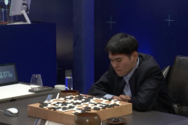 Toute la concentration du monde n'aura pas suffi à Lee Se-dol pour remporter la partie face au programme AlphaGo de Google Deepmind. (crédit : D.R.)