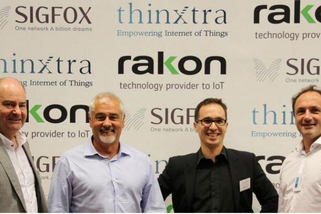 Loïc Barancourt (à gauche), CEO de Thinxtra, et Ludovic Le Moan, CEO de Sigfox, ont signé un partenariat pour le déploiement du réseau IoT du second en Autralie et Nouvelle-Zélande. (crédit : D.R.)