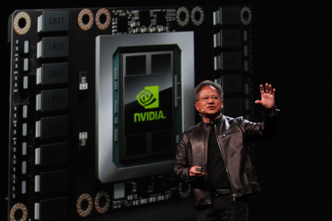 Toujours de cuir vêtu, le CEO de Nvidia Jen-Hsun Huang a levé le voile sur sa carte graphique Tesla P100 embarquant son dernier circuit graphique sous architecture Pascal. (crédit : Gordon Mah Ung)