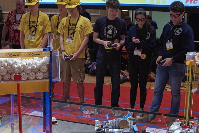 Tout au long de l'année, les participants du First Tech Challenge sont assistés par des étudiants et par des professeurs de Grenoble INP pour concevoir, programmer et tester leur robot. Crédit: D.R.