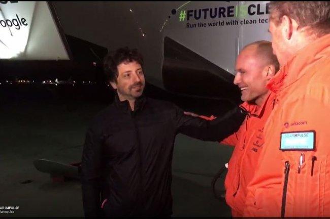 Sergey Brin, co-fondateur de Google, accueille Bertrand Piccard, l'initiateur de l'aventure Solar Impulse, à son arrivée au Moffett Field de Mountain View ce week-end (à droite, André Borschberg qui pilote alternativement l'avion solaire).