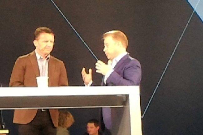 Chad Sakac (à droite), président de la division plateforme convergée VCE chez EMC aux côtés de Jeremy Burton, directeur produits et marketing d'EMC sur scène à Las Vegas au 2e jour de l'événement EMC World 2016.