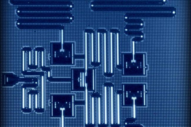 La puce quantique de 5 qubits d'IBM est refroidie dans un bain cryogénique.
