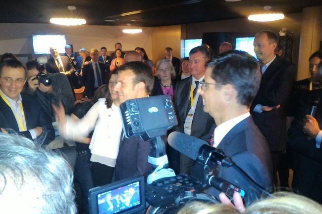 Emmanuel Macron, aux côtés de Nicolas Dufourcq, est venu saluer les ETI lors de l'évènement Innovation Génération 2 mardi 25 mai. (crédit : Dominique Filippone)