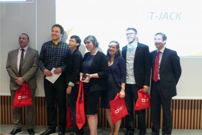 L'équipe du projet T-Jack, de Polytech Grenoble, lauréate des Prix du Défi H et de l'innovation technologique, a testé avec ARDDS38 une prise pour écouter des contenus multimédias sur des prothèses auditives. (crédit : LMI)