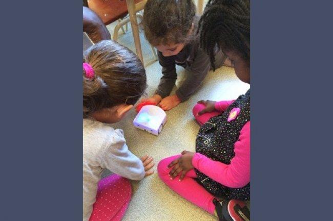 Un petit robot suisse va faire l'école aux petits Français. (Source: Fondation La main à la pâte)