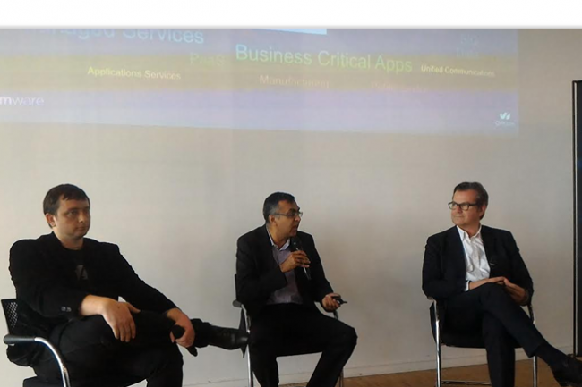 Ajay Patel (senior vice-président cloud provider software de VMware) au centre entouré de Miroslaw Klaba (VP R&D d'OVH) à gauche et de Laurent Allard (CEO d'OVH) à droite lors du point presse organisé mercredi 8 mai à Paris. (crédit : LMI)