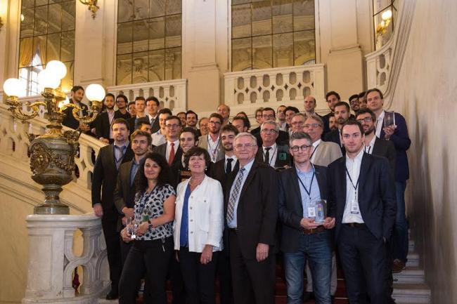 Les 30 lauréats du concours Tremplin Entreprises 2016 réunis dans l'escalier Boffrand au Sénat lundi 20 juin avec, au premier plan (au milieu) le sénateur Philippe Adnot. (crédit : Essec)