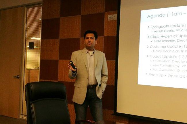 Ashish Gupta, vice-président en charge du marketing de SpringPath à Sunnyvale pour la présentation de l'accord OEM avec Cisco.  (crédit : Serge Leblal)