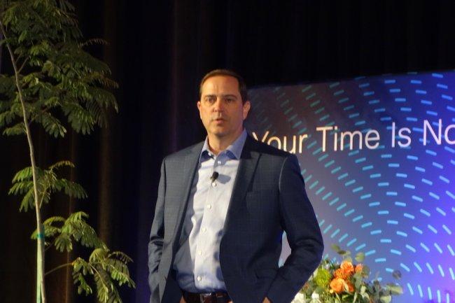 Vraiment très à l'aise sur scène, Chuck Robbins, CEO de Cisco, fête sa première année à la tête de l'équipementier. (crédit : Serge Leblal)