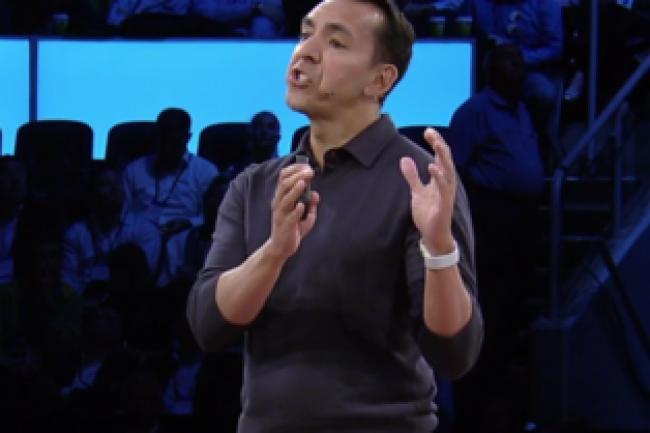 Yusuf Mehdi, sur la scène de la WPC 2016, pour annoncer l'arrivée de la facturation mensuelle de Windows 10 pour les entreprises. (crédit : D.R.)