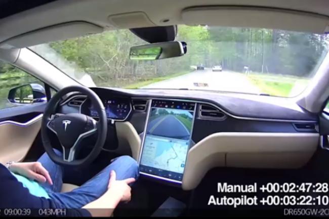 Ce conducteur a posté une vidéo sur YouTube montrant son utilisation de l'Autopilot dans une zone rurale sans mettre ses mains sur le volant.