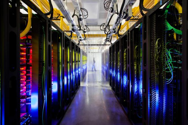 Grâce à sa technologie d'apprentissage machine DeepMind, Google veut diminuer fortement la facture énergétique de ses datacenters. (crédit : Google)