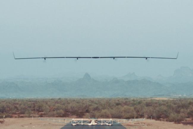Aquila, le drone de Facebook propulsé par betterie et bientôt par panneaux solaires, ambitionne de fournir une connectivité Internet très haut débit à des millions d'individus situés dans des zones où  ils n'y ont pas accès. (crédit : Facebook)