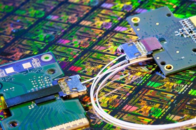 Intel pense que les liaisons photoniques sur silicium vont remplacer les câbles en cuivre pour le transfert de données entre ordinateurs. (crédit : Intel)