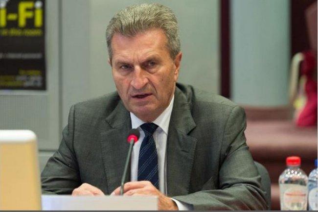 Günther Oettinger, commissaire européen pour l'économie numérique, explique clairement les risques d'une utilisation débridée de l'itinérance pour certains opérateurs. (crédit : EC/Berlaymont)