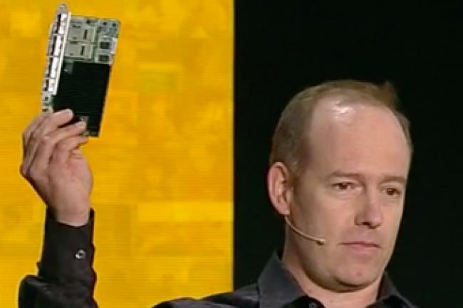 Doug Burger, ingénieur en chef de Microsoft, a présenté la carte FGPA lors de la conférence Ignite qui s'est déroulée à Atlanta lundi. (crédit : Microsoft)