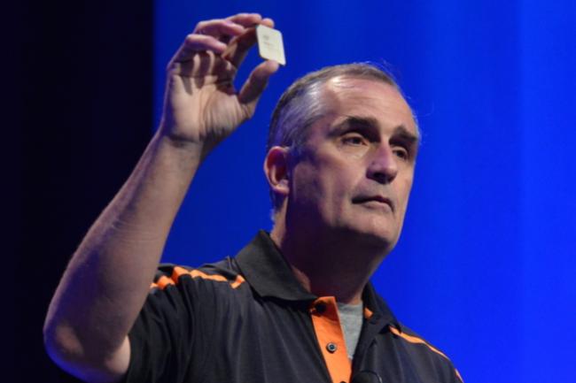 Brian Krzanich, CEO d'Intel, brandissant un FGPA lors du Developer Forum d'août 2016. (crédit : Intel)