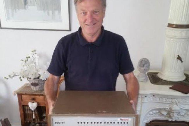 L'ingénieur Jacky Dubois a participé à l'aventure Micral et pose ici fièrement avec le Micral N inventé en 1973 par François Gernelle. (crédit : D.R.)