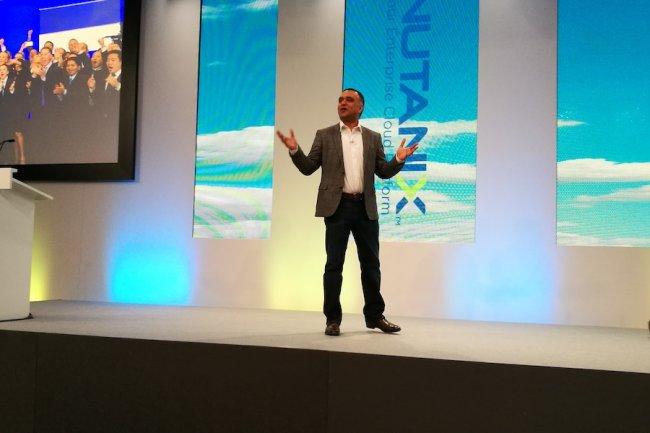 Dheeray Pandey, CEO de Nutanix, sur scène à Vienne pour la première édition de NEXTconf en Europe.