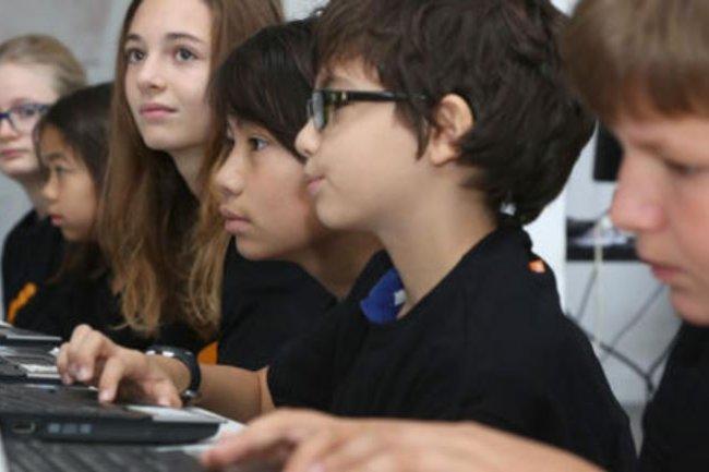 Le programme Supercodeurs lancé par Orange consiste à inviter des jeunes filles et des garçons de 9 à 13 ans à des ateliers gratuits d'apprrentssage au code informatique. Crédit: D.R.