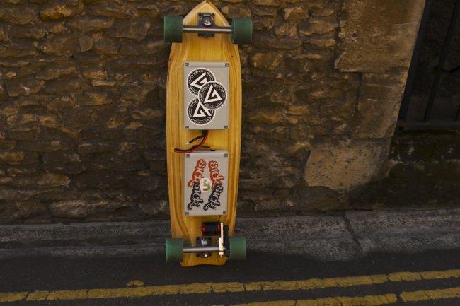 Une bonne batterie et un moteur électrique contrôlé par un Raspberry Pi composent ce skateboard piloté par une manette Wii.